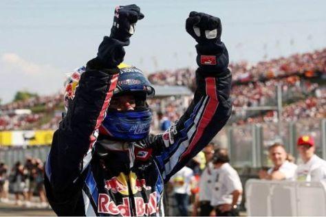 Mark Webber jubelt über den Sieg, der ihm die WM-Führung zurück beschert