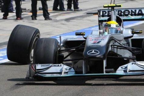 Weil die Radmutter verschollen war, fuhr Nico Rosberg bald darauf ein