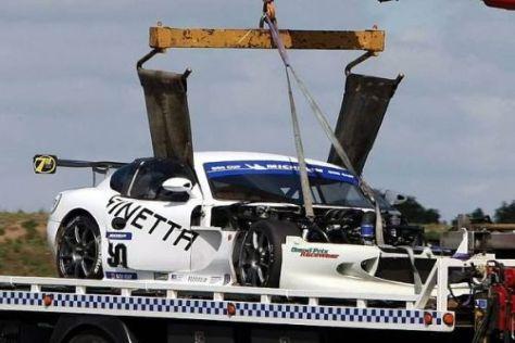 Nach dem Crash wurde der beschädigte Ginetta von Adrian Newey abtransportiert