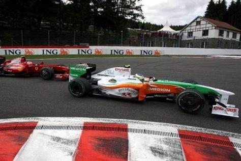 Die Sensation: Fisichella biegt vor Räikkönen in die La-Souce-Haarnadel