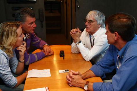 Redakteure Bianca Garloff und Ralf Bach am Tisch mit Bernie Ecclestone und Tavo Hellmund