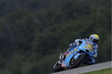 Álvaro Bautista übergab sein Motorrad am Nachmittag an Sylvain Guintoli