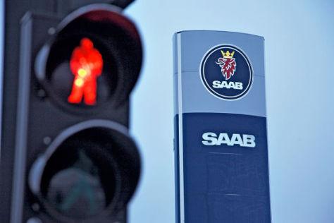 Rote Ampel vor Saab-Schild