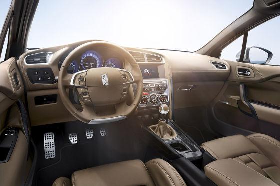 """Das Armaturenbrett mit seiner """"kräftig genarbten Oberfläche"""" gibt """"bei Berührung sanft nach"""", verspricht Citroën."""
