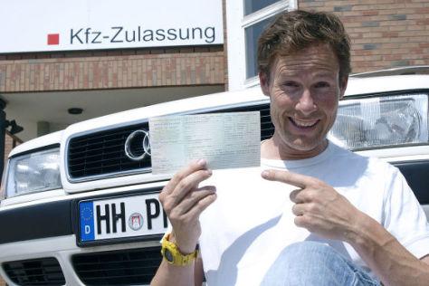Stefan Mallach mit neuem Kfz-Schein