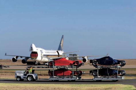 Formel 1 Autos werden in Flugzeug verladen