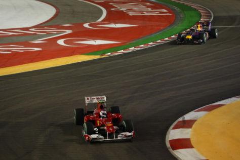 Fernando Alonso führt im Ferrari vor Red Bull-Mann Sebastian Vettel