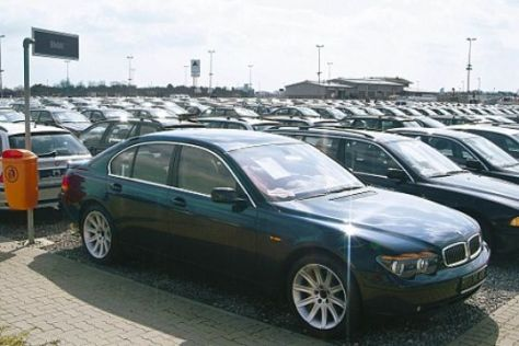 Gebrauchtwagen beim Autohändler