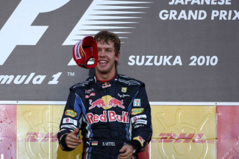 Sebastian Vettel auf dem Siegerpodest in Japan