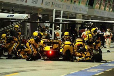 Robert Kubica in der Box: 20 Mitglieder der Renault-Crew wechseln seine Reifen