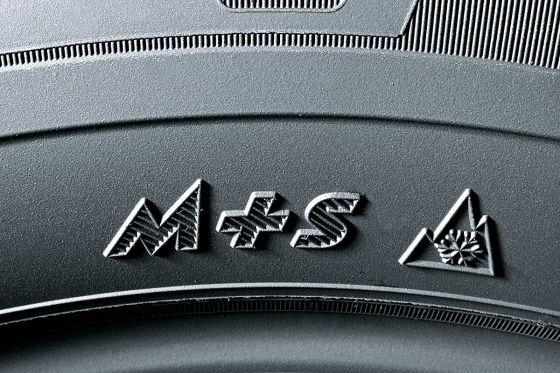 Symbole M+S und Schneeflocke auf Reifen