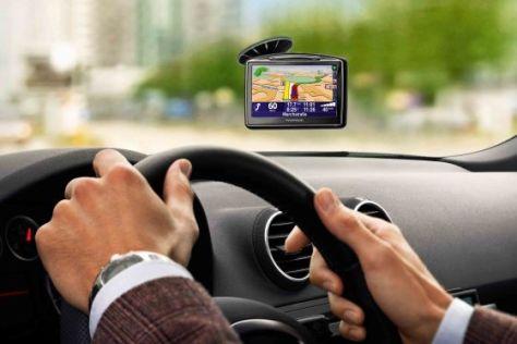 Fahrer mit Navigationsgerät