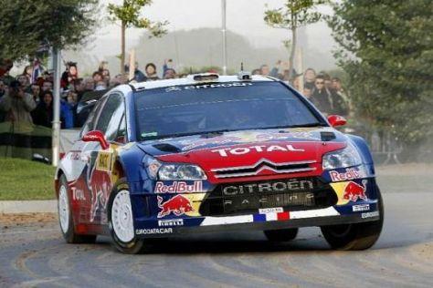 Weltmeister Sébastien Loeb setzte die Bestzeit auf den ersten Asphaltprüfungen