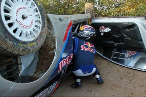 Symbolbild der Premierensaison: Kimi Räikkönen liegt wieder mal auf dem Dach