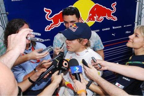 Von Journalisten umringt: Sebastian Vettel nach dem Freien Training