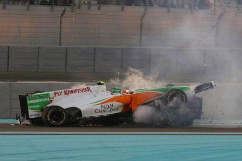 Das hätte übel ausgehen können: Liuzzi fliegt auf das Auto von Schumacher