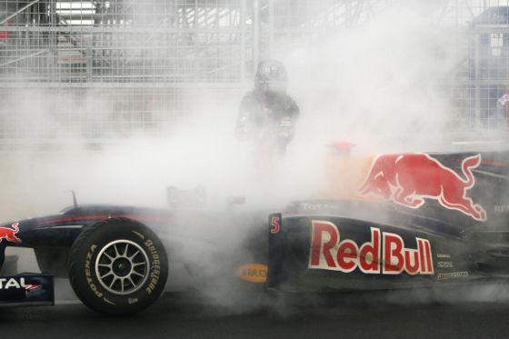 Sebastian Vettel steht hinter seinem RB6