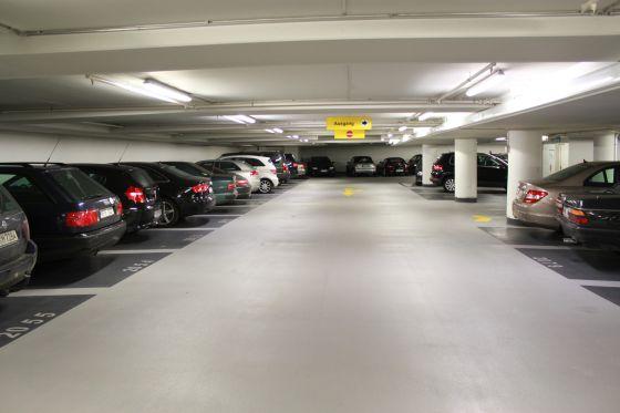 Das Münchner Parkhaus Oberanger bietet deutlich gekennzeichnete Parkplätze für Familien, Senioren und Behinderte.