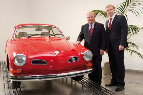 VW-Vorstand Wiltl und Teeke mit Karmann Ghia