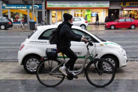Karabag 500E hinter einem Radfahrer