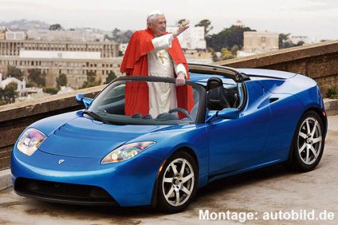 Papst Benedikt in einem Tesla Roadster (Montage)