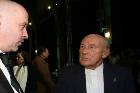 Kritischer Blick: Sir Stirling Moss (r.) mit Lotus-Technikchef Mike Cascoyne