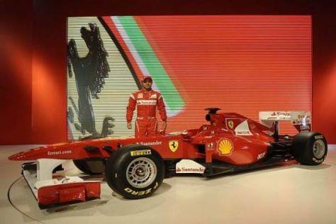 """Mein Auto"": Felipe Massa posiert mit dem neuen Ferrari F150 in Maranello"
