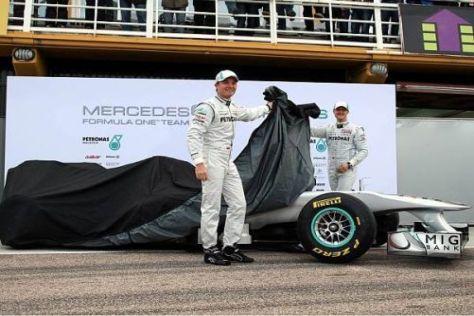 Um 9:22 Uhr enthüllten Michael Schumacher und Nico Rosberg den W02