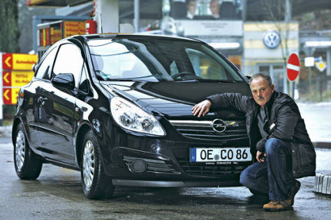 Dieter Henke mit seinem Opel Corsa