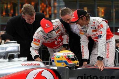 Martin Whitmarsh und seine beiden Fahrer begutachten den neuen MP4-26