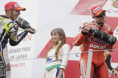 Casey Stoner (r.) weiß, was Valentino Rossi (l.) derzeit durchmachen muss