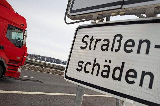 Wird per Schild auf Straßenschäden hingewiesen, bestehen kaum Chancen auf Schadenersatz von der Gemeinde.