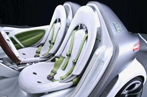 Purismus im Innenraum: Zwei Sitze, ein Lenkrad, Vierpunkt-Gurte wie im Motorsport.