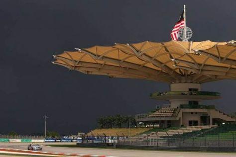Dunkle Wolken über Sepang: Bei Regen halten die Dächer nicht mehr