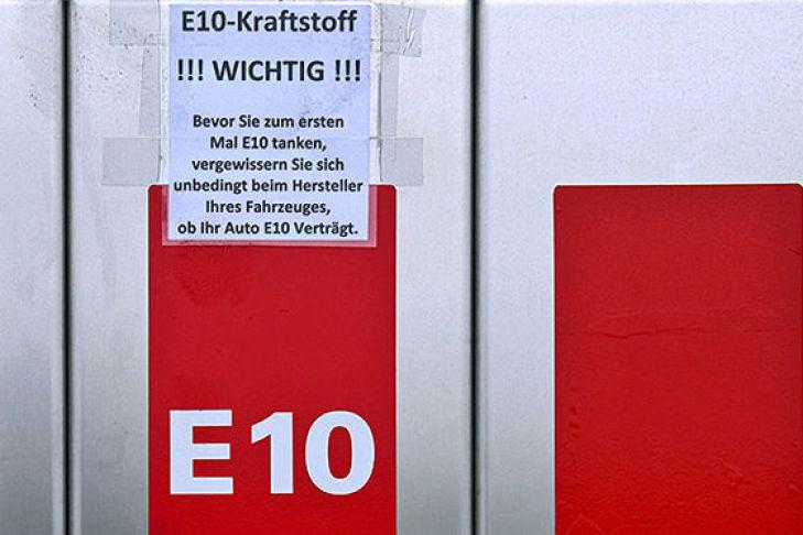 Zapfsäule mit E10-Hinweisschild