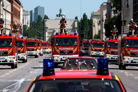 Feuerwehren in Formationsfahrt