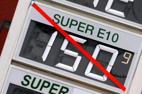 Auf der Preistafel einer Tankstelle in Goldberg ist die Anzeige für den neuen Treibstoff E10 durchgestrichen