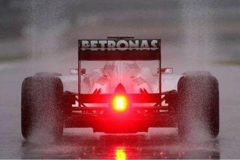 Mercedes steuert den verstellbaren Heckflügel angeblich mittel Zusatzpedal