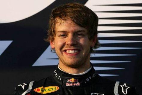 Sebastian Vettel lächelt: Die Saison beginnt für den Deutschen perfekt