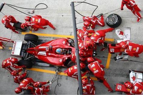 Fernando Alonso beim Reparatur-Stopp: Gleich doppelt bestraft