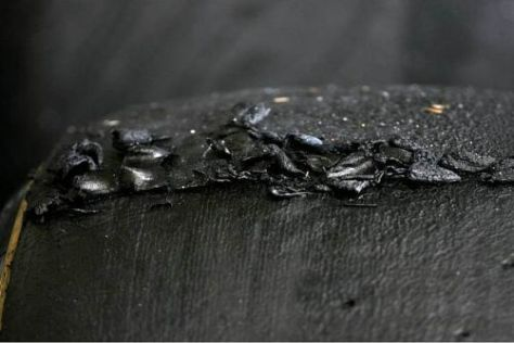 Der hohe Abrieb der Reifen führte zu vielen Gummipartikeln auf der Strecke