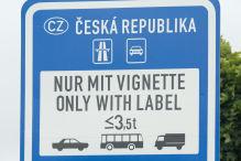 Richtzeichen für Maut-Station