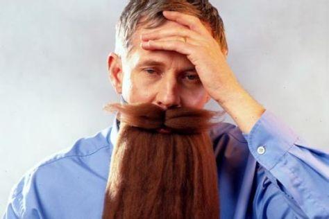 Mann mit angeklebtem langem Bart