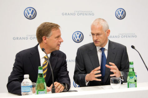 Bill Haslam, Gouverneur des US-Bundesstaates Tennessee (links) und Jonathan Browning, Präsident und CEO der Volkswagen Group of America