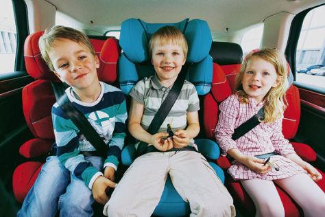 Kinder im Van