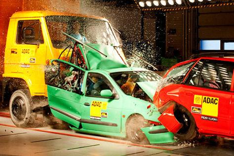 Crashtest ADAC Lkw gegen Stauende