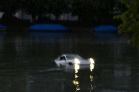 Porsche versinkt im Rhein