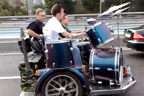 Russische Rockband auf einem Motorrad