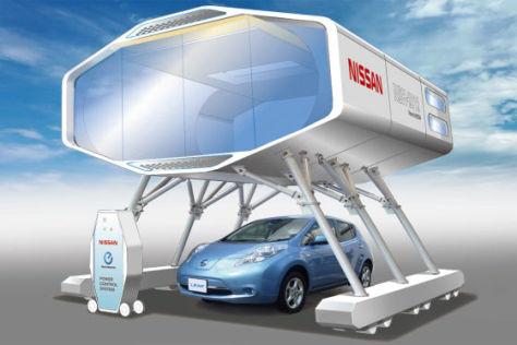 Nissan Leaf mit Ladestation und Kan-kan-kyo-Haus