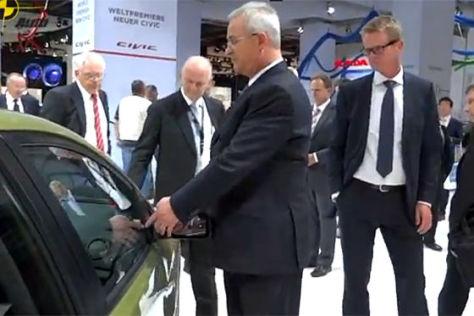Volkswagen-Chef Martin Winterkorn inspiziert Honda Civic auf IAA 2011